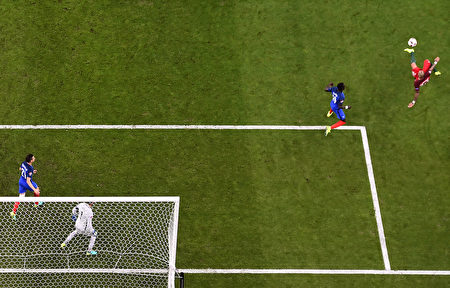 葡萄牙中卫佩佩(右)在比赛( Francisco LEONG/AFP)