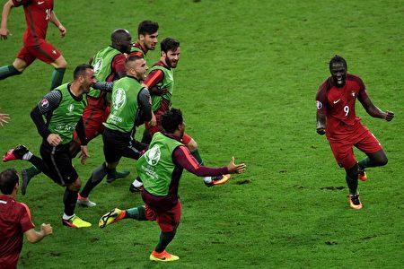 葡萄牙前锋埃德尔(右)得分后,队友上前一同庆祝。( MIGUEL/AFP)