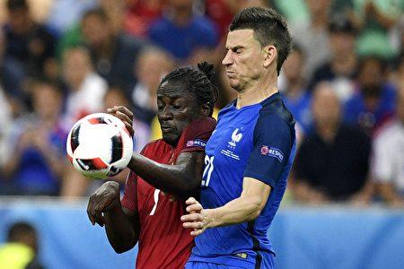 葡萄牙前锋埃德尔(左)与法国后卫洛朗科斯切尔尼(右)在比赛中争球。( MARTIN BUREAU/AFP)