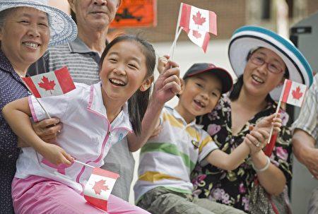 亚裔移民在庆祝加拿大日的活动上。(加通社)