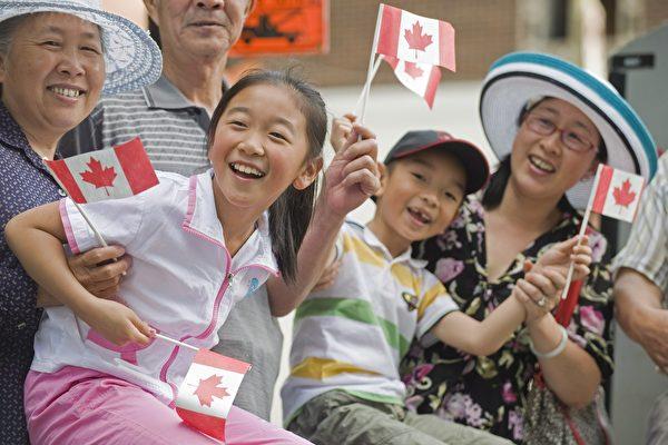 加國新規:18歲以下獨立申請入籍收費530元。圖為亞裔移民在慶祝加拿大日的活動上。(加通社)