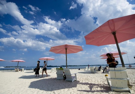 碰到高温天气,多市居民一般会到安大略湖各处沙滩等处纳凉避暑。(加通社)
