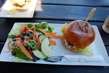 图:Muddy Waters餐厅里的野牛肉汉堡(Bison Burger)分量十足且味道不错,值得一试。(李芝毓/大纪元)