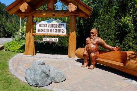 图:温泉村入口处有大脚野人(Sasquatch)木雕,当地人认为是大脚野人一种有灵性的生物。(李芝毓/大纪元)