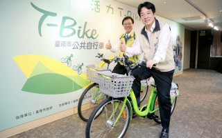 臺南市長賴清德(前)、交通局長張政源騎上T-Bike亮相。(臺南市府提供)
