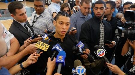 重回纽约的林书豪深受媒体关注。 (宋升桦 /大纪元)