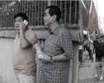 """左图:在旺角麦花臣现场滋扰的一名""""爱字头""""成员(左)23日,与青关会主席洪伟成一同出现在麦花臣场馆外。该成员5月1日曾混在上水反水货客活动现场监视,令人质疑另有蹊跷。(大纪元资料图片) 右图:同心护港大联盟发言人曹达明曾在法轮功游行现场挥舞红旗滋扰。(曹达明微博)"""