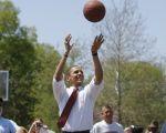 奧巴馬的六個紓壓方法值得學習。圖為2008年奧巴馬在印州江景高中與師生們打籃球。(Emmanuel DUNAND/AFP)