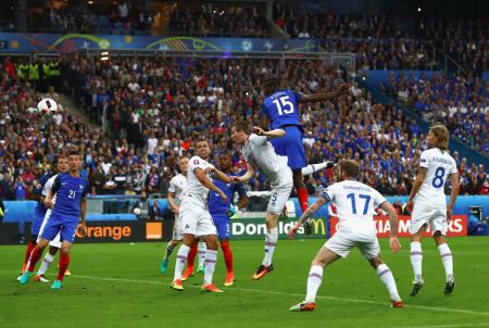 法国队博格巴高高跃起将球顶进冰岛队的大门。(Clive Rose/Getty Image)