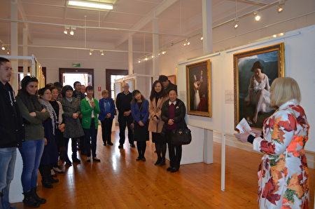 """为期15天的""""真善忍国际美展""""南澳巡回展在当地著名旅游区阿德雷德港的黑钻画廊(Black Diamond Gallery)举行,受到当地政要、艺术界人士及民众的支持。(李倩西/大纪元)"""