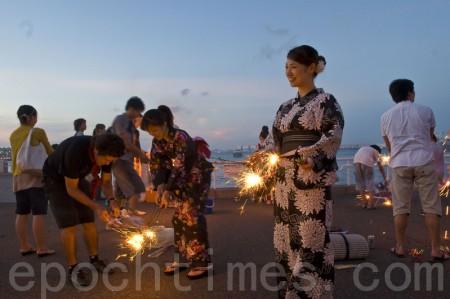 身穿日本传统夏季服装——浴衣的女孩们也喜欢烟花(曹景哲 / 大纪元)