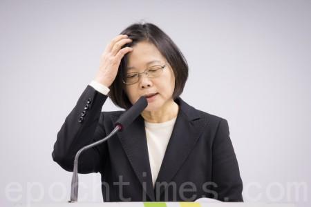 台灣民意基金會26日公布「2016 台灣政黨認同與政黨形象」最新民調,與兩個月前剛上任相比,目前蔡英文支持者少了14%,不贊同者多了12%。(陳柏州/大紀元)