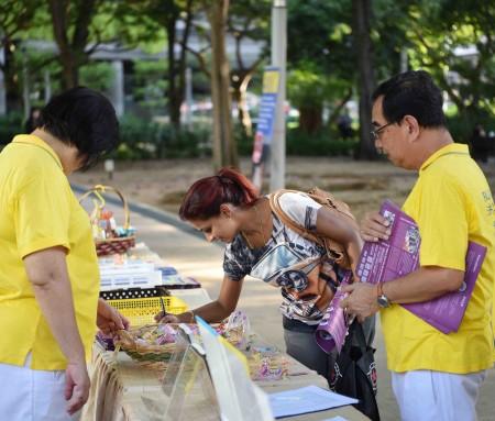 各族裔民众纷纷签名,支持法轮功学员反迫害,要求法办元凶江泽民。(Tony/大纪元)