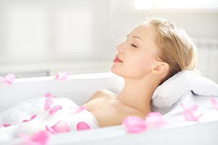 一個有吸引力的女孩在洗澡放鬆(fotolia)