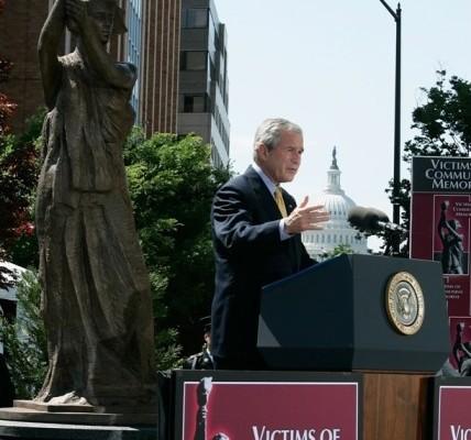 """美国前总统布什为华盛顿""""共产主义受难者纪念碑""""揭幕。(王在刚提供)"""