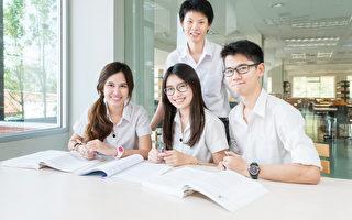 亚洲学生在教室一起学习(fotolia)