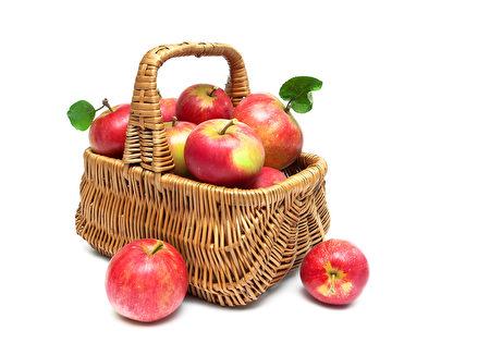 篮子装满的红苹果(fotolia)