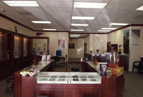 高雅眼镜展示间呈列著各种品牌的镜框及太阳眼镜。(商家提供)