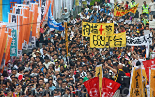 今年香港七一大遊行以「決戰689(梁振英)」為主題,在酷熱天氣下,仍有11萬人上街要求梁振英下台。(潘在殊/大紀元)