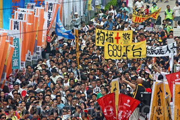 """今年香港七一大游行以""""决战689(梁振英)""""为主题,在酷热天气下,仍有11万人上街要求梁振英下台。(潘在殊/大纪元)"""