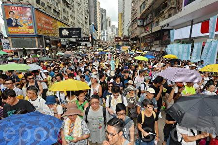 民陣發起七一大遊行,有11萬人參與遊行,今年的遊行主題為「決戰六八九,團結一致,守護香港」。(宋祥龍/大紀元)