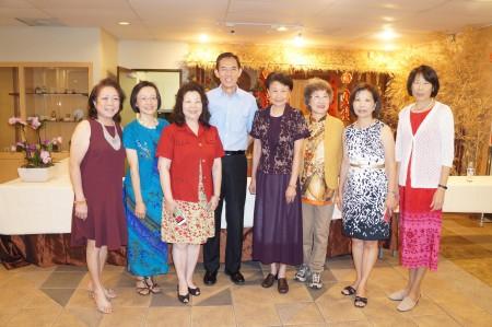 图:颁奖晚宴上范增莹的先生蔡亚麟(中),以及范增莹生前北一女的好友们出席了颁奖仪式。(易永琦/大纪元)