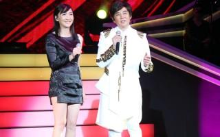 藝人陽帆昨(2)日在台北舉辦第1次個人售票演唱會,圖為陽帆與老婆同台對唱。(大大國際娛提供)
