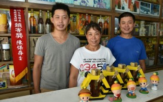 冈山区养蜂产销第一班陈玠宇与陈保存父子档,荣获今年高雄市国产蜂蜜评鉴特等奖。(高市农业局提供)