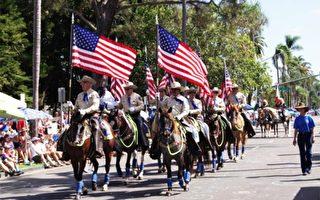 2016年7月4日,加州圣地亚哥南郡美丽富绕的科罗纳多市(Coronado)举行第68届独立日国庆游行,100多个队伍参加。图为游行打头阵的骑警。(宋希/大纪元)