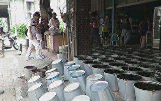 高雄叶客家仙草制作仙草铁桶置放地面、无加盖,空桶直接倒放触地。(高市卫生局提供)