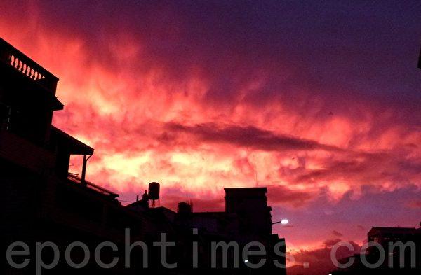 台风前一日,傍晚天空出现的火烧云。(龙芳/大纪元)