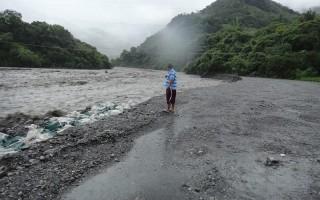 風雨導致荖濃溪暴漲,桃源區復興里聯外便道沖毀,居民受困。(高雄市桃源區復興里災害重建自救會提供)