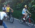 節目《旅行應援團》全新改版首播,圖為來賓潘若迪(左)載著邵庭。(衛視中文台提供)