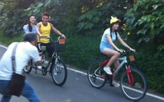节目《旅行应援团》全新改版首播,图为来宾潘若迪(左)载着邵庭。(卫视中文台提供)