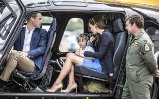 小王子乔治(右3)8日和爸爸威廉王子(左1)与妈妈凯特(右2)出席皇家国际飞行展,坐进松鼠直升机。(RICHARD POHLE/POOL/AFP)