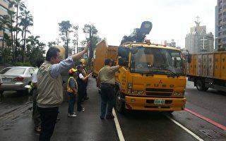 高市10日派員前往台東協助災復,高市副市長許立明(左)向出發車隊揮手致意。(高市府提供)