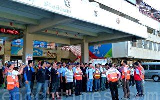 到台東支援救災的台北市政府救援隊伍,13日清晨在台東體育場前分配工作。(龍芳/大紀元)