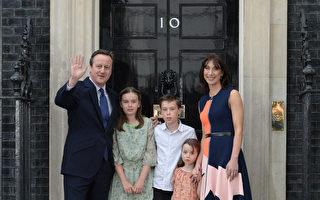当地时间2016年7月13日,英国伦敦,卡梅伦与夫人及三个孩子在唐宁街十号门前向大众挥手告别。(OLI SCARFF/AFP)
