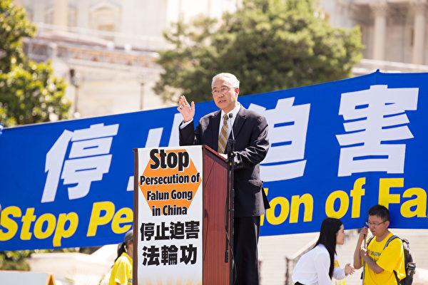 2016年7月14日,法輪功學員在華盛頓DC舉行反迫害、九評退黨集會。「追查迫害法輪功國際組織」主席汪志遠發言表示,1999年中共開始發動法輪功後,中國器官移植業爆炸性增長。統計數據顯示,1991-1998年8年間,中國的肝移植共78例,平均每年9.7例;1999-2006年8年間,肝移植則達到1萬4千多例, 平均每年1,760多例。以1999年分界,前後8年相差180多倍。(戴兵/大紀元)