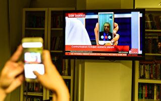 土耳其總理耶伊爾德勒姆16日公開譴責軍隊中一些成員「非法企圖」。圖為耶伊爾德勒姆通過手機接受採訪。(Burak Kara/Getty Images)