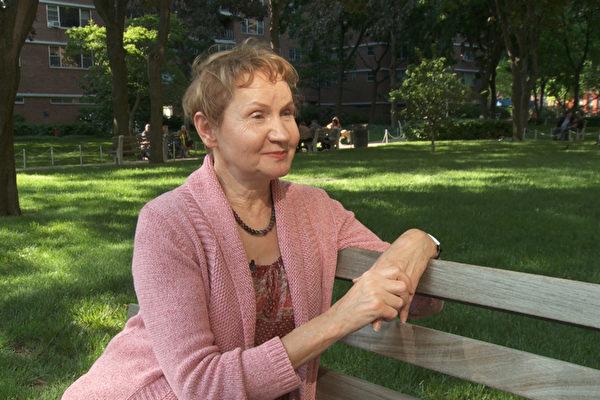 2003年秋,画家芭芭拉?舍费尔从7米高的工作台摔到地上,多处重伤,几个月后却比出事前还健康,她说是学炼法轮功让她神奇康复。(Photo by Oliver Trey)