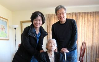 《紫色大稻埕》遠赴日本及美國拍攝,演員嚴藝文、楊烈與劇中主角郭雪湖夫人林阿琴老師合影。(公視提供)