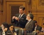7月19日,在旧金山市议会上市议员法瑞尔(Mark Farrell,左立者)和佩斯金(Aaron Peskin)在交谈。(周凤临/大纪元)