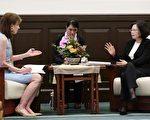 中華民國總統蔡英文(右)日前接受美國「華盛頓郵報」(Washington Post)專訪,針對兩岸關係、台美關係及南海爭議等議題回應媒體提問。(總統府提供)