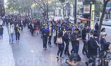 7月21日晚,有近万名游戏爱好者从渡轮大厦出发,沿着市场街,举行捕捉小精灵大聚会。(林骁然/大纪元)