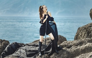 张韶涵马尾造型俐落 海边登岩拍摄像女战士