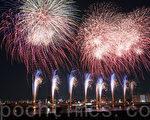 7月23日,第38届东京足立烟花大会1小时内发射了1万3,500发烟花,让将近60万名观众惊喜声和掌声不断。(卢勇/大纪元)