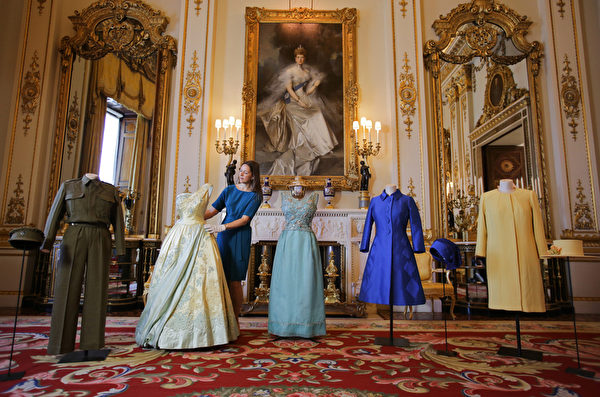 BRITAIN-ROYALS-EXHIBITION-FASHION