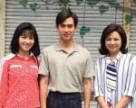 """连俞涵(左)在《遗憾拼图》中饰演杨贵媚的少女时代,复古的刘海让许多网友夸赞她""""好可爱"""",中间为演员石知田。(TVBS提供)"""