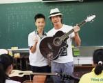 黄品源(右)回到故乡台中的清泉国中捐赠吉他。(大大国际娱乐提供)